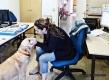 Maribel i la seva gossa Volka a la redacció de Ràdio Sant Boi